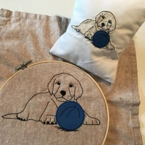 Stickdatei kleiner Labrador Retriever Welpe mit Ball Applikation oder Strichzeichnung